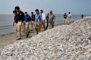 Die Ölpest hat die Küsten von Louisiana schwer beschädigt. Der Gouverneur des Bundesstaates, Bobby Jindal (zweiter von links), nutzt die mediale Aufmerksamkeit, um auch für andere Programme zu werben, bei denen das sensible Marschland wiederhergestellt werden soll. Unterdessen hat der Ölkonzern BP angekündigt, die Arbeiten am Bohrloch an diesem Wochenende endgültig zu beenden. Die Entlastungsbohrungen befinden sich dem Konzern zufolge auf den letzten Metern. Danach könne die Quelle mit Zement versiegelt werden